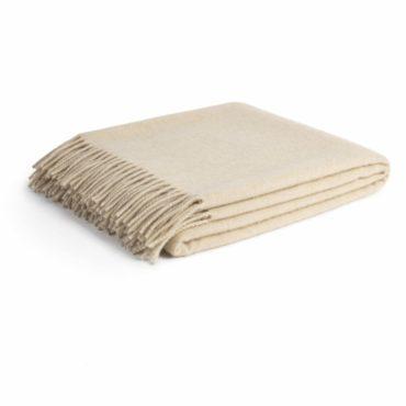 Ни одна ткань не сочетает в себе тепло с невероятной мягкостью и воздушностью так, как кашемир. Кашемировый плед Parpa это уют и роскошь, которые можно потрогать, и больше никогда не отказывать себе в этом удовольствии.