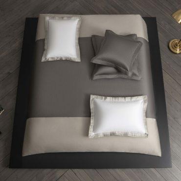 Стёганое покрывало с геометрическим узором Rhombus– функциональное и практичное украшение спальни. Классический тип стёжки, фактурные акценты и его спокойная цветовая гамма всегда актуальны. Идеальная гармония комфорта и стиля. Rhombus – универсальный вариант, который дополнит любой комплект постельного белья.