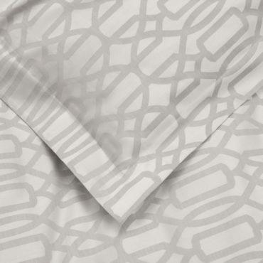 Сотканный из предварительно окрашенных волокон хлопка фактурный жаккард плотностью 500 нитей на квадратный дюйм (500 TC) выглядит изысканно и презентабельно. Визуальное исполнение этого комплекта – орнамент из геометрических элементов и абстрактных форм, повторяющийся на всей поверхности пододеяльника.