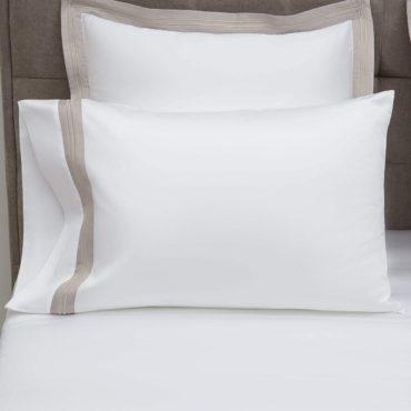 Главный элемент дизайна этого комплекта – двойная линия лаконичной вышивки по периметру бордюра наволочки. Шов кордоне выполнен в тон кромки и контрастирует с основным полотном наволочки.