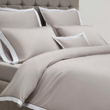 Основной цвет коллекции – теплый серый. Узкий белоснежный бордюр деликатно освежает это спокойное цветовое решение. Тонкая тёмная полоса между ними – завершающий контрастный штрих дизайна White border. Визуальная гармония – только первый шаг любви к Parpa. Следом за эстетикой этого комплекта вас порадует комфорт, который вы ощутите, застелив свою постель.