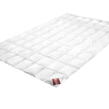 Первоклассная, современная и универсальная система одеял Carat на кнопках - великолепный вариант постели на все времена года. Легкое пуховое одеяло - для лета, среднее одеяло кассетного типа - для весны и осени. В паре они образуют теплое одеяло для холодных зимних ночей.   Состав:  Чехол: 100% египетскийхлопок, мако-батист Наполнитель: 100% новый белый гусиный пух
