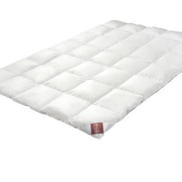 Первоклассная, современная и универсальная система одеял Caratна кнопках - великолепный вариант постели на все времена года. Легкое, кассетное, пуховое одеяло - для лета, среднее кассетное одеяло - для весны и осени. В паре одеяла образуют теплое одеяло для холодных зимних ночей.  Состав одеяла: Чехол: 100% нежнейший хлопок, мако-батист Наполнитель: 100% новый белый гусиный пух