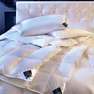 Представьте себе мир, который сочетает в себе чувство спокойствия и комфорта и чистейшуюкрасота. Это окружение, в котором вы чувствуете себя как дома. Нашипуховые одеяла и высококачественныеподушки сочетают в себе традиции и инновации. Замечательное сочетание материалов, используемых для чехла и наполнителясоздает продукт, который является одновременно легким и теплым, обеспечивая идеальный сон икомфорт круглый год. Сверхлегкий нано-батист, изготовленный из 100% хлопка используется для изготовления чехла,в то время как специально отобранный наполнитель состоит из пуха гуся.Коллекция Chalet - этолегкий, средний и теплый варианты. Кнопки позволяютсовместить одеяла так, как вамудобно. Идеальный комфорт во время сна в течение всех сезонов.  Состав:  Чехол: ультра-тонкий нано-батист, 100% хлопок Наполнитель: 100% новый белый гусиный пух сибирской породы, класс I